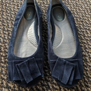 Women's me Too Navy Blue Suede Flats Size 8M
